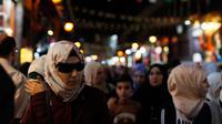 Sejumlah warga berjalan di pasar Hamadiyah, atau souk dalam bahasa Arab, yang diberi nama setelah Sultan ke-34 Kekaisaran Ottoman Abdul Hamid II, di Kota Tua Damaskus, Suriah, (14/7). (AP Photo / Hassan Ammar)