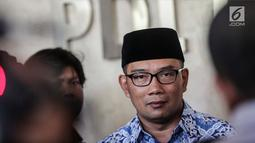 Walikota Bandung Ridwan Kamil memberikan keterangan usai pertemuan tertutup di DPP PDIP, Jakarta, Rabu (3/1). Lebih lanjut, Emil menyebut kedatangannya baru komunikasi tahap awal dan belum ada keputusan apa pun. (Liputan6.com/Faizal Fanani)