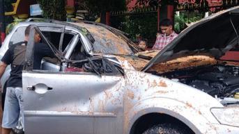 Akibat Hujan Deras Serta Angin Kencang, Satu Mobil Tertimpa Pohon di Depok
