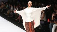 Koleksi Sutra Dewangga BINhouse Jakarta Fashion Week 2019 (Fimela.com/Nurwahyunan)