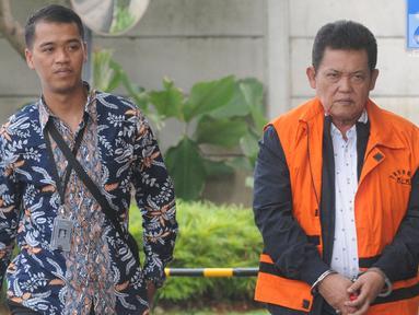 Walikota Pasuruan Setiyono dikawal petugas tiba di gedung KPK, Jakarta, Jumat (11/1). Setiyono diperiksa sebagai tersangka untuk melengkapai berkas terkait dugaan suap sejumlah proyek di wilayah Kota Pasuruan, Jawa Timur. (Merdeka.com/Dwi Narwoko)