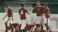 Para pemain Indonesia merayakan gol yang dicetak oleh Illija Spasojevic ke gawang Guyana pada laga persahabatan di Stadion Patriot, Bekasi, Sabtu (25/11/2017). Indonesia menang 2-1 atas Guyana. (Bola.com/M Iqbal Ichsan)