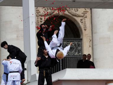 Atlet Taekwondo dari Korea Selatan melakukan atraksi di depan Paus Fransiskus saat pertemuan umum mingguan di Lapangan Santo Petrus, Vatikan (30/5). (AP Photo/Gregorio Borgia)