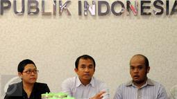 Aktivis Walhi, Muhnur Satyahaprabu (tengah) memberikan pernyataan terkait konflik tambang Lumajang di Komnas HAM, Jakarta, Senin (28/9/2015). Muhnur menyayangkan peristiwa yang terjadi di Lumajang pada 26 September lalu. (Liputan6.com/Helmi Fithriansyah)