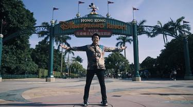 7 Gaya Liburan Bayu Skak di Hong Kong, Pakai Batik ke Disney Land