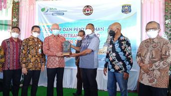 BPJS Ketenagakerjaan Serahkan Piala dan Hadiah Kepada Kabupaten Raja Ampat
