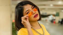 Di kesehariannya, Sara Fajira kerap tampil santai. Seperti kali ini, aktris sekaligus penyanyi itu terlihat simpel dengan kaus berwarna kuning ditambah dengan aksesoris kalung rantai. Tak lupa ia juga pakai kacamata untuk membuat penampilannya makin keren. (Liputan6.com/IG/@sarafajira)