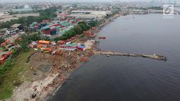 Foto aerial suasana gerebek sampah di Pesisir Teluk Jakarta, Cilincing, Jakarta Utara, Minggu (15/4). Selain rangkaian HPSN 2018, kegiatan ini juga untuk menggugah kepedulian masyarakat terhadap kebersihan lingkungan. (Liputan6.com/Arya Manggala)