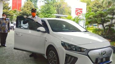 Menteri Perhubungan (Menhub) Budi Karya Sumadi menjajal langsung dengan mengendarai mobil listrik berwarna putih bernomor polisi RI 35. (Dok Kemenhub)