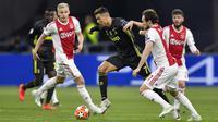 Striker Juventus, Cristiano Ronaldo, berusaha melewati pemain Ajax Amsterdam pada laga Liga Champions di Stadion Johan Cruyff, Rabu (10/4). Kedua tim bermain imbang 1-1. (AP/Martin Meissner)