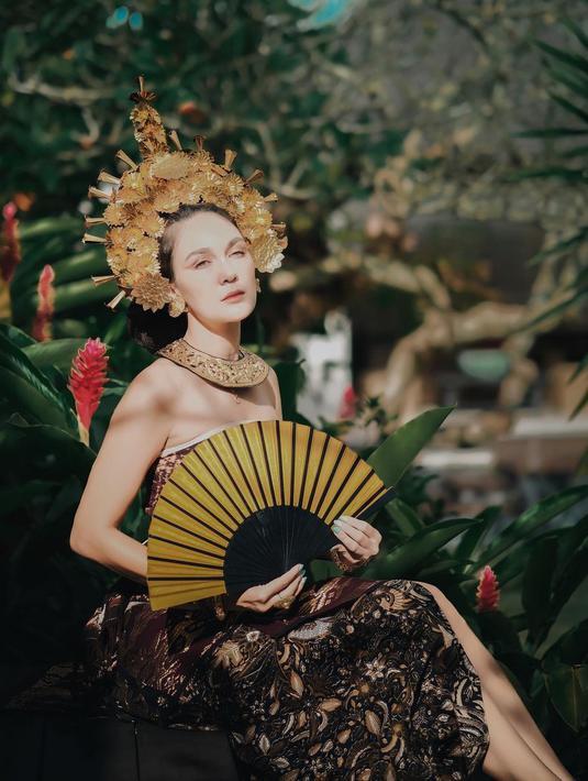 Luna Maya baru-baru ini mengunggah beberapa foto dirinya mengenakan busa adat Bali di akun Instagramnya. (Instagram/lunamaya)