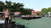Wakapolda Jabar Brigadir Jenderal Akhmad Wiyagus, memimpin Upacara PTDH personel Polda Jabar di Lapangan Apel Mapolda Jabar, Senin (3/2/2020). (Dok. Bid Humas Polda Jabar)