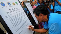 Wakil Gubernur DKI Jakarta, Djarot Syaiful Hidayat menandatangani deklarasi Gerakan Wajib Lapor Bagi 100.000 pecandu narkoba di Monas, Jakarta, Sabtu,(28/2/2015). (Liputan6.com/Faisal R Syam)