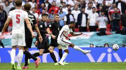 Inggris mendapatkan dua peluangpertama lewat tembakan Raheem Sterling dari luar kotak penalti. Namun, Neuer masih terlalu tangguh di bawah mistar Jerman. (Foto: AP/Pool/Andy Rain)