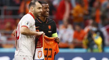 Tindakan elegan dan penuh respek dilakukan oleh Timnas Belanda dengan memberi penghormatan kepada Goran Pandev yang pensiun usai pertandingan tersebut dengan memberinya jersey Belanda dengan nama Pandev. (Foto: AFP/Pool/Koen van Weel)