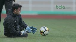 Aksi kiper Uzbekistan menghalau bola pada uji coba lapangan di Stadion Pakansari, Bogor, (26/4/2018). Uzbekistan merupakan salah satu tim yang akan mengikuti ajang PSSI Anniversarry Cup 2018. (Bola.com/Nick Hanoatubun)