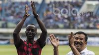 Manajer Persib Bandung, Umuh Muchtar, bersama dengan mantan pemainnya, Makan Konate, sebelum laga uji coba melawan Bali United di Stadion GBLA Bandung, Jawa Barat, Sabtu (8/4/2017). (Bola.com/Vitalis Yogi Trisna)