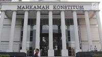 Personel Brimob berjaga di depan Gedung Mahkamah Konstitusi (MK), Jakarta, Selasa (25/6/2019). Jelang sidang pembacaan putusan akan digelar pada Kamis (27/6), sekitar 47.000 personel keamanan gabungan akan disiagakan di Ibu Kota DKI Jakarta.(Www.sulawesita.com)
