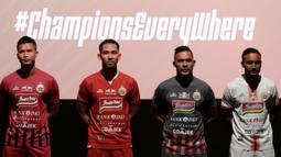 Pemain Persija Jakarta saat launching tim dan jersey 2019 di Epicentrum, Jakarta, Jumat (17/5). Tim berjulukan Macan Kemayoran itu memperkenalkan 30 pemain serta jersey untuk berlaga di Liga 1 2019. (Bola.com/M Iqbal Ichsan)