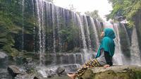 Salah satu pengunjung air terjun Temam di Musi Rawas Sumsel, sedang menikmati segarnya udara di destinasi wisata alam tersebut (Liputan6.com / Nefri Inge)