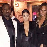 Kim Kardashian dan Chrissy Teigen mengaku beruntung punya suami penyanyi (via HollywoodLife.com)