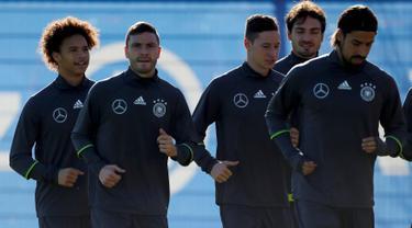 Pemain Leroy Sane (kiri) berlatih bersama para pemain timnas Jerman jelang partai persahabatan dengan Perancis di Munich, Jerman, Rabu(11/11/2015) WIB. (REUTERS/Michael Dalder)