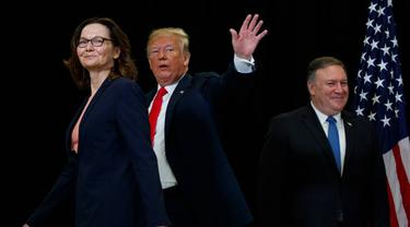 Gina Haspel (kiri) bersama dengan Presiden AS Donald Trump (tengah) dan Menteri Luar Negeri Mike Pompeo (kanan) dalam pelantikan direktur CIA (AP?Evan Vucci)