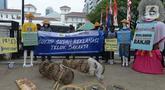 Aktivis dari Koalisi Rakyat untuk Keadilan Perikanan (KIARA) membentangkan spanduk saat berunjuk rasa di depan Balai Kota DKI Jakarta, Rabu (15/7/2020). Mereka menolak reklamasi Ancol dengan menuntut Gubernur DKI Jakarta segera mencabut Kepgub Nomor 237 Tahun 2020. (merdeka.com/Imam Buhori)