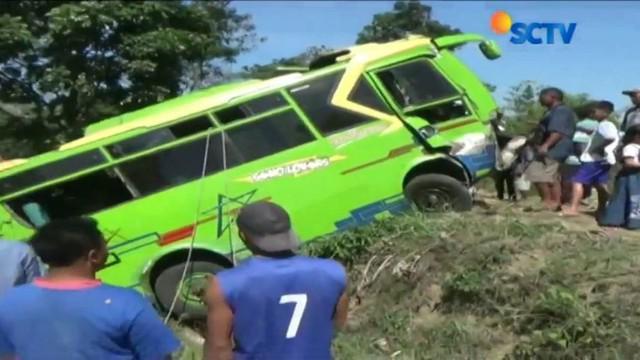Tabrakan mengakibatkan minibus terguling dengan kondisi bagian depan mobil berada di atas tebing.