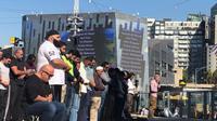 Ratusan umat Islam melaksanakan salat Jumat di Federation Square, alun-alun Kota Melbourne, Australia. (ABC News: Farid M. Ibrahim)