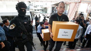 Petugas membawa 100 kilogram ganja yang disita sebelum konferensi pers di Bangkok, Selasa (25/9). Kepolisian Thailand menyerahkan ganja sitaan itu untuk penelitian medis menyusul rencana pemerintah memproduksi obat-obatan berbasis ganja (AP/Sakchai Lalit)
