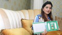 Ashanty menunujukkan produknya pada saat jumpa pres klarifikasi produk kecantikannya di kediamannya Cinere, Tangerang Selatan, Sabtu (10/9/2016).
