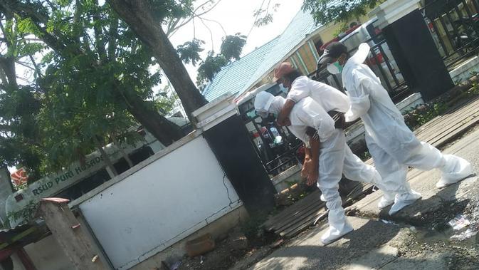 Viral seorang polisi di Riau menggendong pasien suspek Covid-19 ke rumah sakit. (Istimewa)