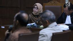 Terdakwa dugaan suap kesepakatan kerja sama PLTU Riau-1, Eni Maulani Saragih menyimak keterangan saksi di Pengadilan Tipikor, Jakarta, (11/12). Sidang mendengar keterangan saksi, diantaranya Dirut PT PLN, Sofyan Basir. (Liputan6.com/Helmi Fithriansyah)
