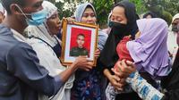 Keluarga prajurit TNI gugur di pemakaman secara militer di Pekanbaru. (Liputan6.com/M Syukur)