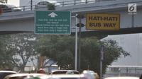 Kendaraan melintas di dekat rambu ganjil genap di kawasan Gatot Subroto, Jakarta, Minggu (1/7). Perluasan sistem ganjil genap pada mobil pribadi mencakup ruas Bypass di Jalan Ahmad Yani, Panjaitan, dan Cempaka Putih. (Merdeka.com/Iqbal S. Nugroho)