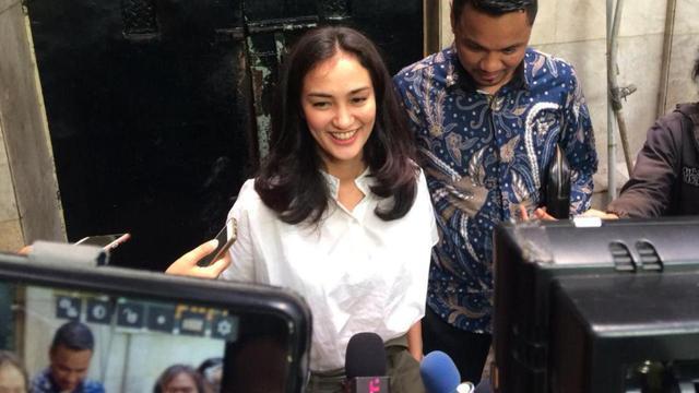 Atiqah Hasiholan menjenguk ibundanya Ratna Sarumpaet di Rutan Polda Metro Jaya yang menjadi tersangka penyebaran hoaks. (Merdeka.com/Ronald)