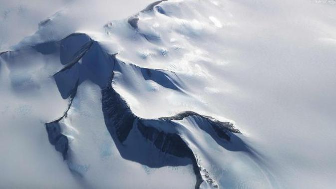 Pandangan udara kondisi pegunungan es di Semenanjung Antartika (3/11). Berbagai riset mengatakan fenomena ini disebabkan oleh aktivitas manusia, seperti emisi dari gas rumah kaca. (Mario Tama/Getty Images/AFP)#source%3Dgooglier%2Ecom#https%3A%2F%2Fgooglier%2Ecom%2Fpage%2F2019_04_14%2F618858