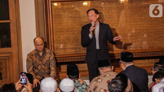 Mantan Wakil Perdana Menteri Malaysia, Datuk Sri Anwar Ibrahim memberikan tausiah pengalaman dengan almarhum Presiden ke-3 RI BJ Habibie di Patra Kuningan, Jakarta, Rabu (9/10/2019). (Liputan6.com/Faizal Fanani)