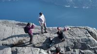 Aksi nekat bayi yang difoto dari tepi tebing setinggi 604 meter terekam kamera wisatawan.