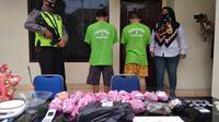 Polisi beberkan barang bukti narkoba siap edar yang diamankan dari penangkapan dua pelaku di Bekasi. (Liputan6.com/Bam Sinulingga)