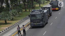 Kendaraan taktis Kepolisian disiagakan di ruas Jalan Medan Merdeka Barat, Jakarta, Senin (28/10/2019). Penutupan ini antisipasi aksi unjuk rasa mahasiswa mendesak Presiden Jokowi segera mengeluarkan Perppu KPK. (Liputan6.com/Helmi Fithriansyah)