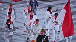 Rio Waida berada di barisan terdepan diikuti Chef de Mission Rosan P Roeslani yang mengenakan baju adat Betawi bernuansa putih dengan sarung dan peci Merah serta lifter nasional Nurul Akmal. (Foto: AFP/Ben Stansall)