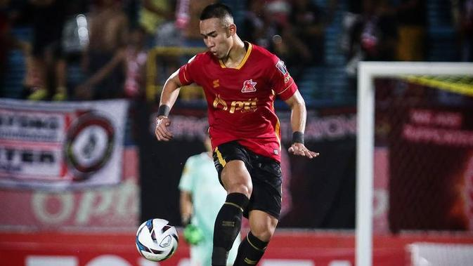 Bek Indonesia, Ryuji Utomo, bermain untuk klub Thailand, PTT Rayong pada musim 2018. (Instagram/@ryujiutomo)