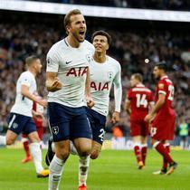 Stiker Tottenham Hotspur, Harry Kane, setelah mencetak gol ke gawang Liverpool pada laga lanjutan Premier League, di Wembley, Minggu (22/10/2017). (AFP).