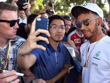 20170324-Penggemar Berburu Selfie dengan Para Pembalap F1-AFP