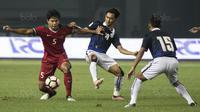 Bek Timnas Indonesia, Achmad Jufriyanto, mengontrol bola saat melawan Kamboja pada laga persahabatan di Stadion Patriot, Bekasi, Rabu (4/10/2017). Indonesia menang 3-1 atas Kamboja. (Bola.com/Vitalis Yogi Trisna)