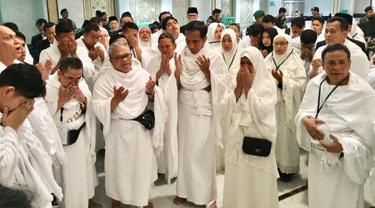 Presiden Joko Widodo didampingi Ibu Iriana Jokowi menunaikan ibadah umrah di Mekkah, Arab Saudi, Senin (15/4). Jokowi yang berangkat umrah usai melakukan debat terakhir dalam Pilpres 2019 itu berkesempatan masuk ke dalam Kakbah. (Liputan6.com/Pool/Biro Pers Setpres)