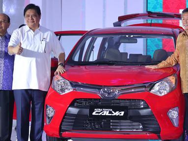 Menteri Perindustrian Erlangga Hartarto (tengah) dan Presiden Direktur PT Toyota Astra Motor Hiroyuki Fukui, Presdir PT Astra Daihatsu Motor Sudirman MR saat peluncuran mobil Toyota Calya dan Daihatsu Sigra, Jawa Barat, (2/8). (Liputan6.com/Angga Yuniar)