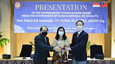 Prof. Felycia Edi Soetaredjo mendapat penghargaan